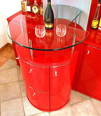 Hausbar mit Pult, Detail Glasplatte mit Ausschnitten